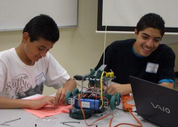 Due studenti alle prese con un robot