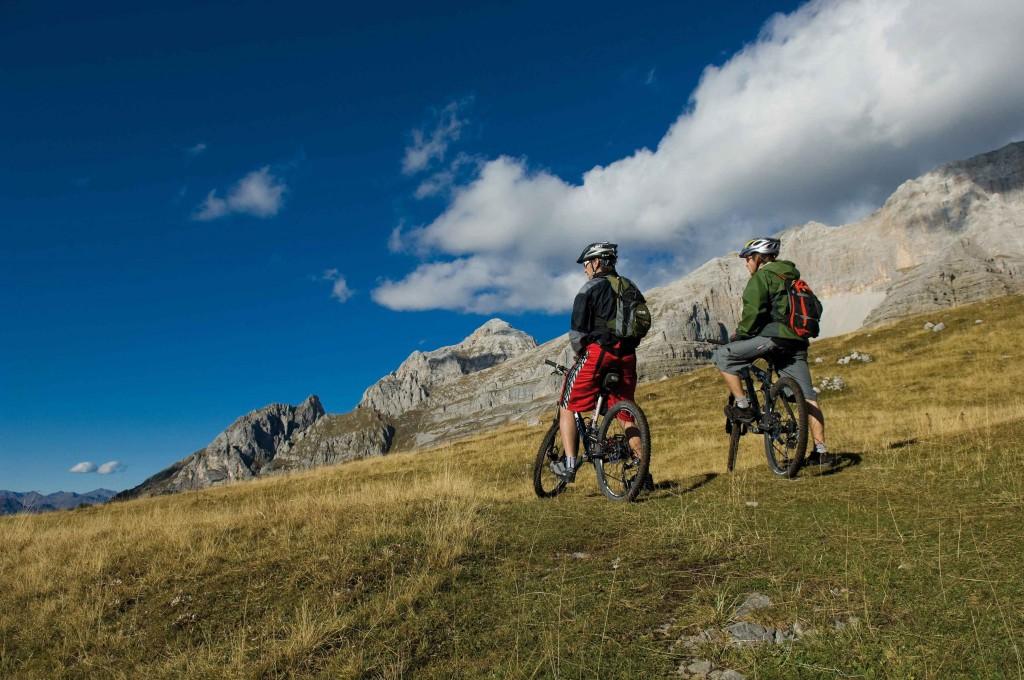 Due ciclisti in montagna