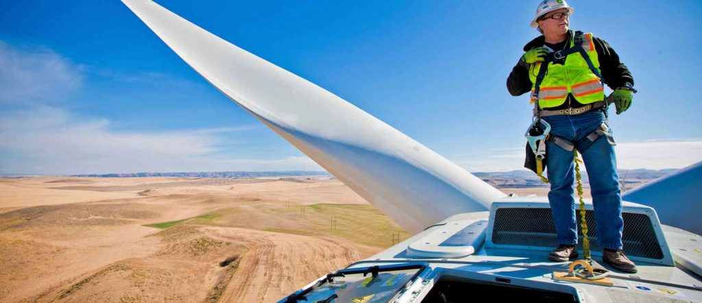 Un tecnico all'opera su una pala eolica