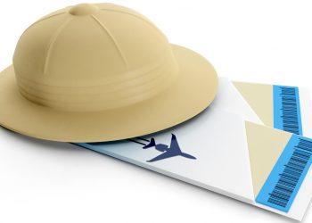 Caschetto da esploratore e biglietti aerei