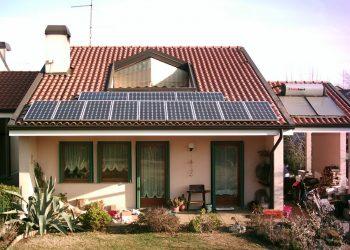 Un casa con un impianto fotovoltaico sul tetto