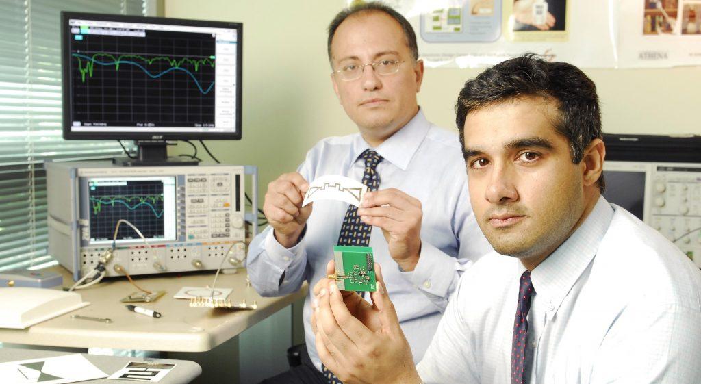 Gli studiosi del Georgia Institute of Tecnology con il prototipo del dispositivo
