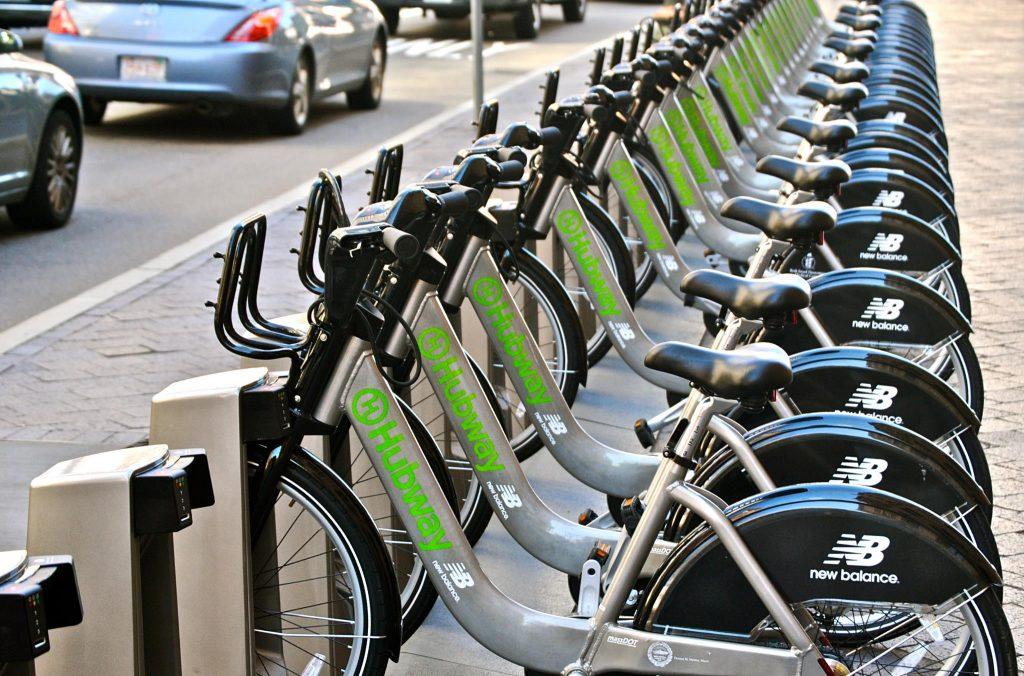 Biciclette per il bikesharing in una rastrelliera