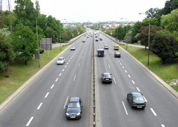 Una strada a quattro corsie