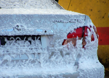Una automobile pronta per essere lavata
