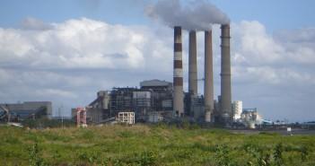 Le ciminiere di un impianto di produzione