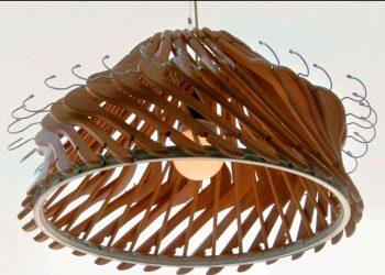 Un lampadario realizzato con le grucce
