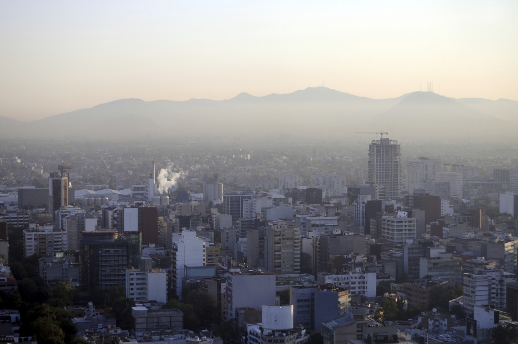 Città del Messico sovrastata da una cappa di inquinamento