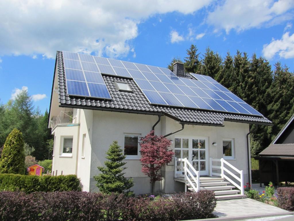 Una casa con pannelli solari