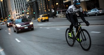 Una bici in un centro cittadino