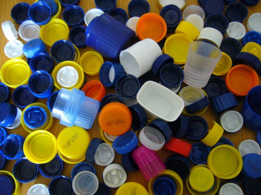 Alcuni tappi di plastica