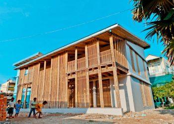 In Cambogia il centro giovanile costruito in bambù