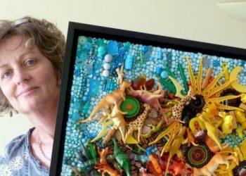 Jane Perkins con una delle sue opere