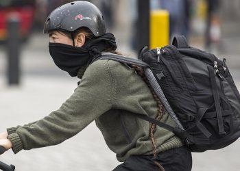 Un ciclista in una città inquinata
