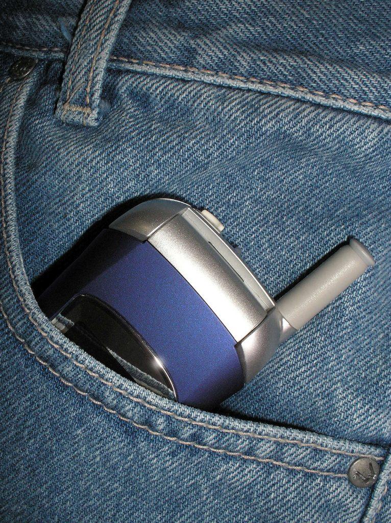Un telefonino in una tasca dei pantaloni
