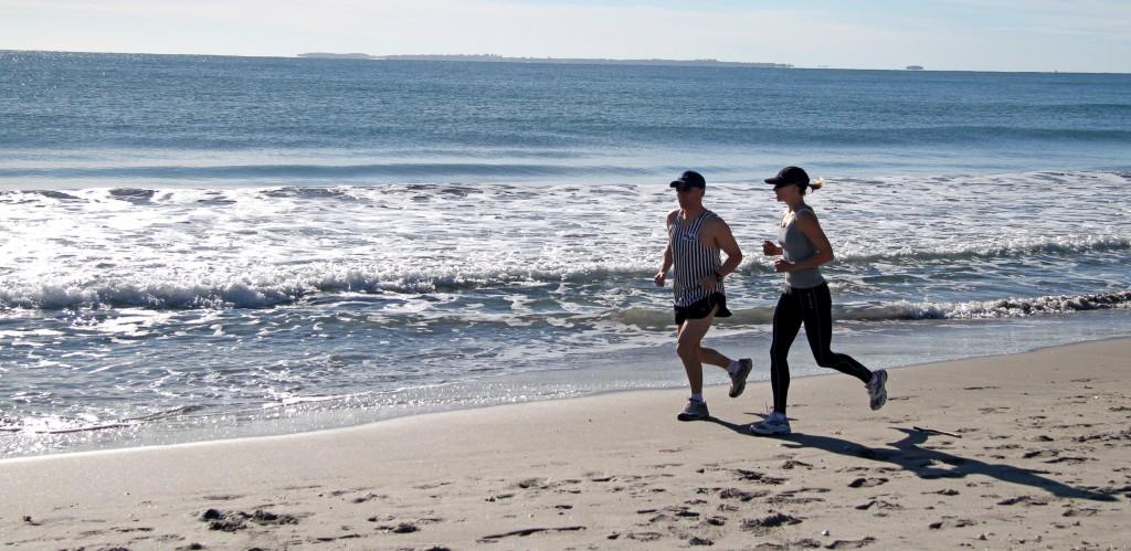 Due persone che fanno jogging sulla spiaggia