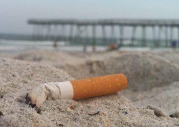 Una sigaretta su una spiaggia