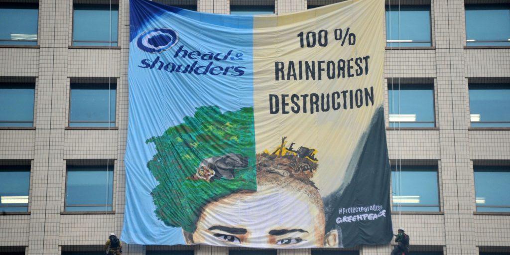 Una protesta inscenata da Greenpeace contro le politiche di approvvigionamento della P&G