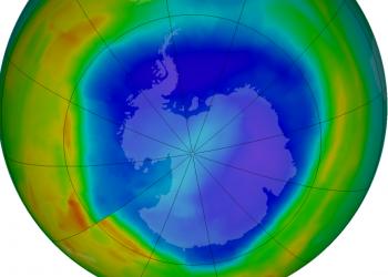 Un'immagine che evidenzia l'assottigliamento dell'ozono in prossimità dei poli