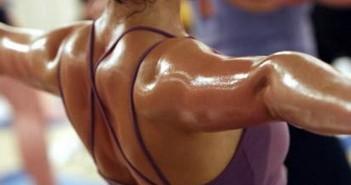 Un fisico sudato dopo un allenamento in palestra