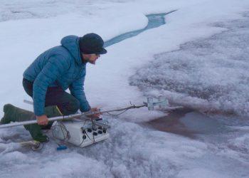 Un tecnico sta misurando il grado di annerimento della neve