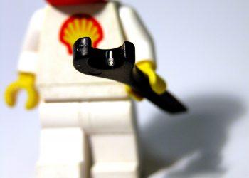 Un omino Lego con il marchio Shell sulla casacca