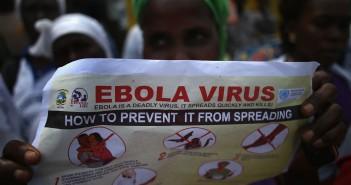 Una ragazza in Liberia con una guida per la prevenzione del contagio da Ebola