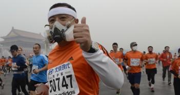 Un partecipante alla maratona di Pechino (foto http://www.japantimes.co.jp/)