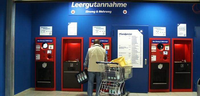 Un impianto per la raccolta differenziata delle bottiglie di plastica all'interno di un supermercato tedesco
