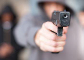 Un ragazzo impugna una pistola (immagine huffpost.com)