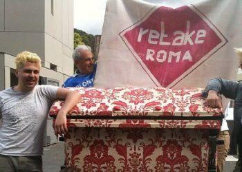 Gli artisti di ReTake all'opera (foto: roma.repubblica.it)