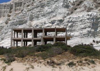 Lo scheletro dell'albergo Aloha Mare in provincia di Catania