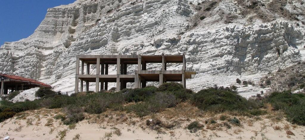 Lo scheletro dell albergo Aloha Mare in provincia di Catania 3e079672683