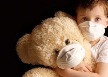 L'inquinamento in casa. Un bambino con il suo orsacchiiotto (foto: allerair.blogspot.com)