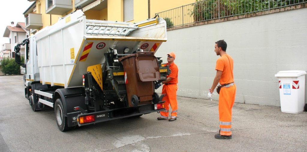 Addetti alla raccolta dei rifiuti (foto: www.mondopalermo.it)