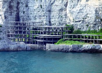 L'ecomostro di Alimuri (foto: http://www.lostivalepensante.it/)