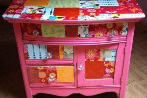 Una cassettiera decorata con la tecnica del decoupage (foto: http://blog.tradeplatform.com.au/)