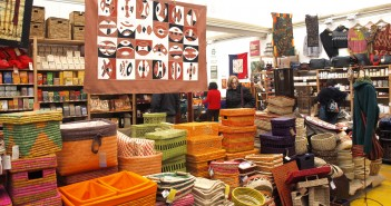L'interno di un negozio del commercio equosolidale (foto: genova.erasuperba.it)