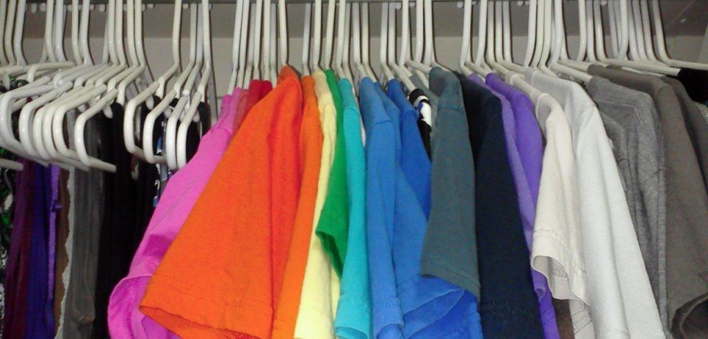 Vecchie magliette colorate appese in un armadio (foto: www.undeniableruth.com)