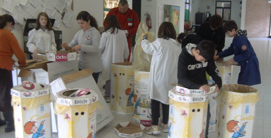 Ragazzi impegnati nella raccolta differenziata in una scuola (foto: www.latinambiente.it)