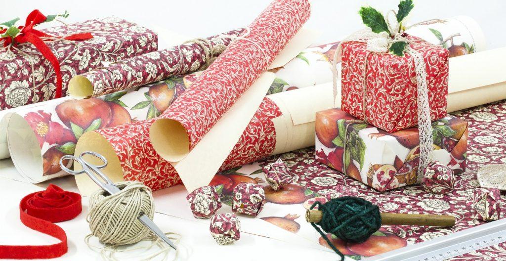 Carte e nastri per confezionare pacchetti (foto: dalani.it)