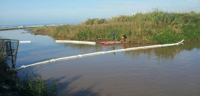 Protezioni disposte per tamponare le perdite di un oleodotto (foto: http://www.meteoweb.eu)