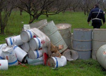 Fusti di materiale inquinante abbandonati in un campo (foto: http://www.beppegrillo.it/)