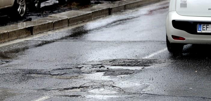 Una strada dissestata (Foto: roma.corriere.it)
