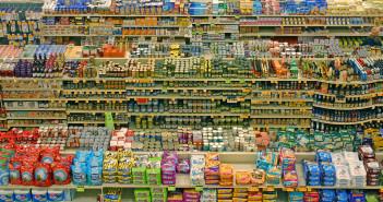 Gli scaffali di un grande supermercato (foto: Wikimedia)