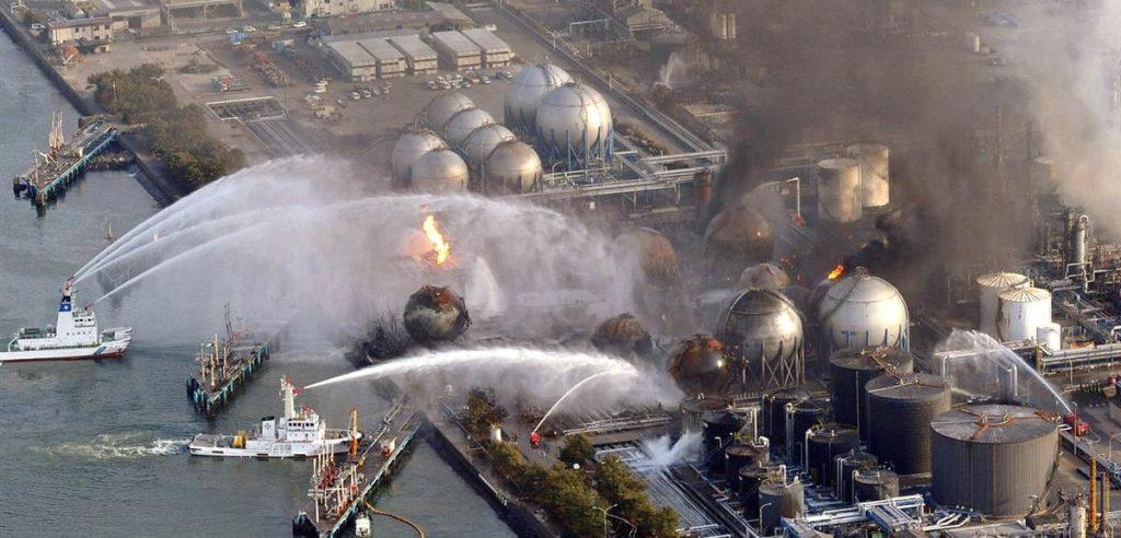 Alcune imbarcazioni impegnate a spegnere l'incendio scoppiato a Fukushima (foto: leganerd.com)