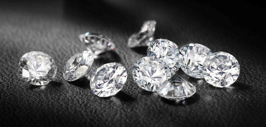 Alcuni diamanti a taglio brillante (foto: gangafineminerals.blogspot.com)