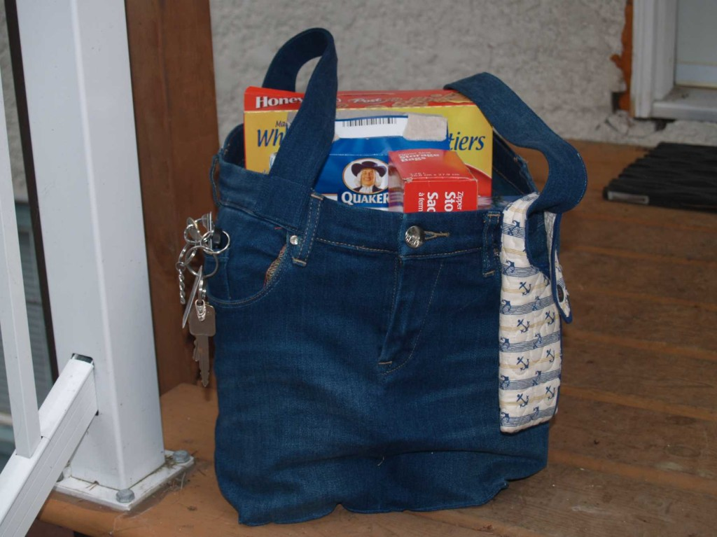 Una shopper realizzata con un paio di vecchi jeans (foto: bcquilter.files.wordpress.com)
