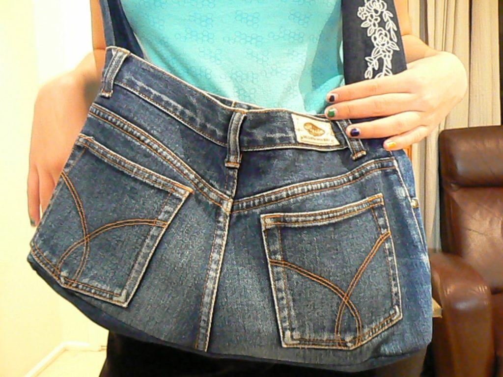 Una borsa realizzata con dei vecchi jeans (foto: http://dee-zines.com/)