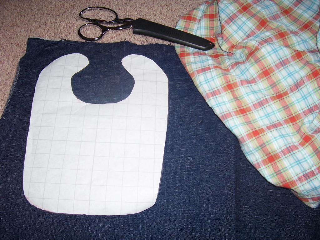 Un bavaglino realizzato con un paio di vecchi jeans (foto: quiverfullofblessings.files.wordpress.com)